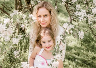 Mama-Tochter-Shooting in den Apfelblüten